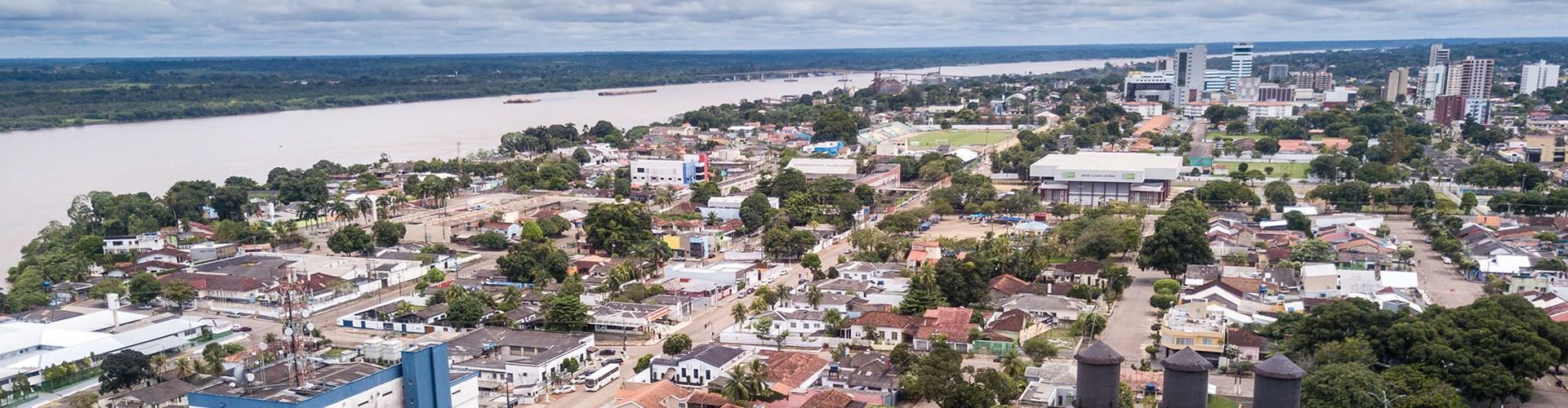 Vista aérea do zangão de ruas do centro de cidade de Porto Velho com quadrado da