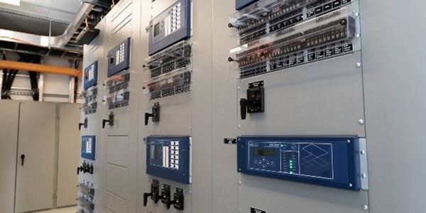 How Source Diversity Improves Control Power Supply Reliability